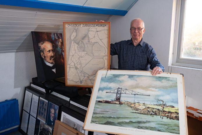 Ed Voigt temidden van een klein deel van zijn archief. Links een portret van Lely.