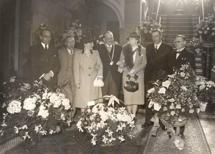 Louis de Bourbon en zijn literaire vrienden bij zijn installatie als burgemeester van Oss (1941). V.l.n.r. Jan Engelsman, A. Vos (uitgever), mevr. De Bourbon, Louis de Bourbon, mevr. Coolen, Anton van Duinkerken, Antoon Coolen.