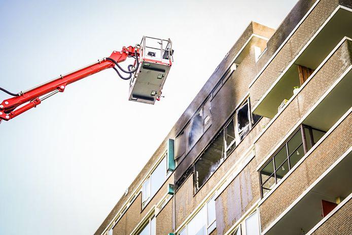 Twee appartementen boven elkaar liepen veel schade op. Eén daarvan is volledig uitgebrand.