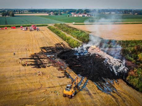 Enorme brand in stapel wilgenhout in de Hoeksche Waard na 12 uur gedoofd: Gewonde brandweervrouw maakt het goed
