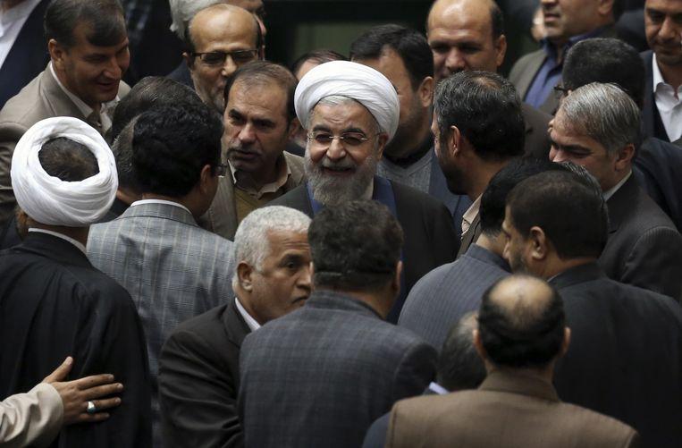 De Iraanse president Hassan Rohani met een groep wetgevers in Teheran. Beeld ap