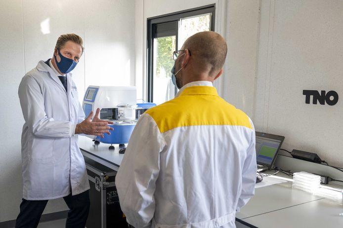 Minister Hugo de Jonge (Volksgezondheid, Welzijn en Sport) bezoekt een nieuwe testlocatie in Amsterdam-Zuidoost.