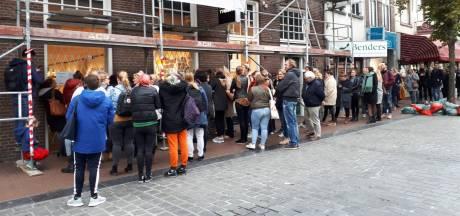 Hordes mensen dringen bij de Flying Tiger: alles is voor 1 euro te koop
