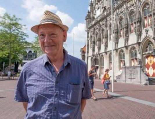 John Brosens voor het voormalige stadhuis van Middelburg, waar Jan Catoen werd opgehangen.