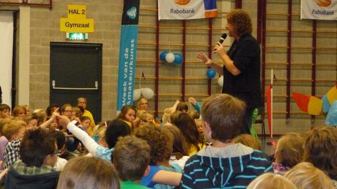 Gert van der Vijver, de zandtovenaar, vertelt de kinderen over zijn vak.foto Domien van der Meijden/BD