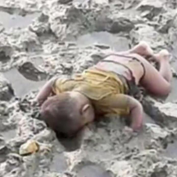 De foto van het levenloze lichaam van Mohammed Shohayet op de oever van de rivier de Naf