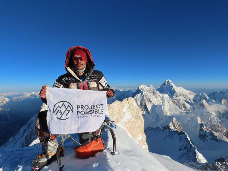 Nirmal Purja op de top van de Gasherbrum II.