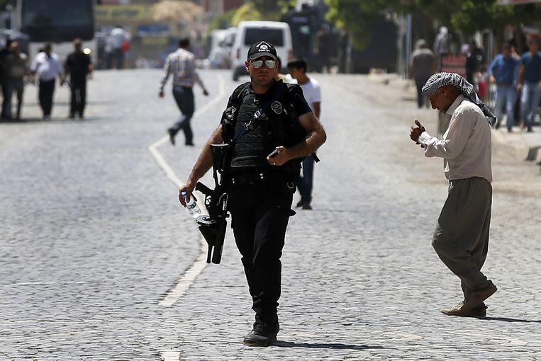 Turkse politie op de plaats waar maandag een aanslag werd gepleegd in Suruç. Beeld ap