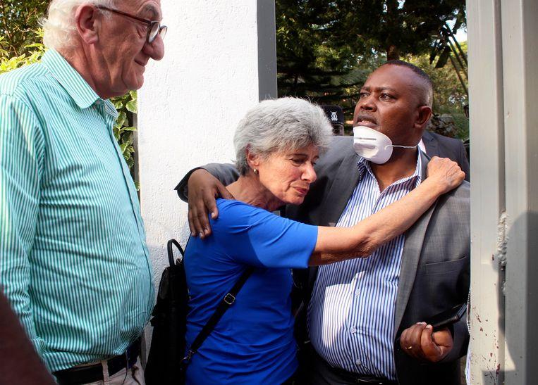Gabrielle van Straten, de zus van het slachtoffer, klampt zich vast aan George Kinoti, de directeur van het strafrechtelijk onderzoek, terwijl zijn een bezoek brengt aan het huis van Tob Cohen.  Beeld null