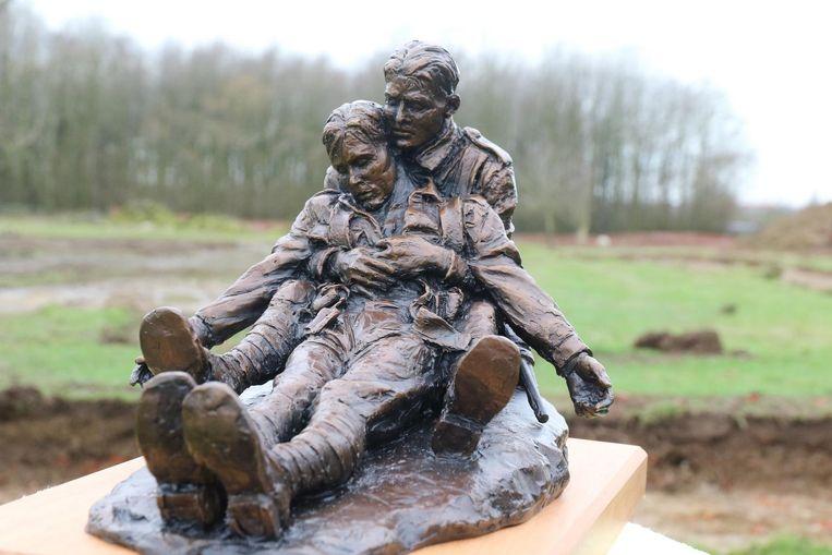 Een kleine versie van het beeld dat op het Memorial Park komt. Het gaat om de Australische broers John en Jim Hunter. Jim moest zijn oudere broer tijdens de oorlog begraven langs Westhoek Ridge.