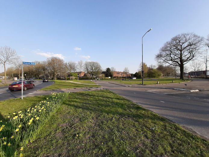 Links het wegdek van Matenpoort. In het plantsoen rechts, langs Kanaal Zuid komt het kunstwerk te staan.