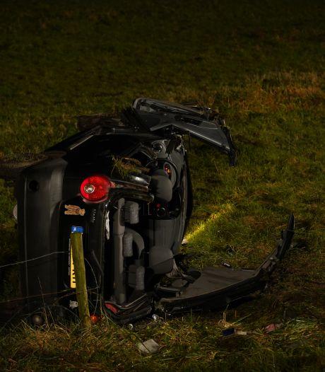 Auto rijdt bij Zutphen van dijk af: bestuurder met spoed naar ziekenhuis
