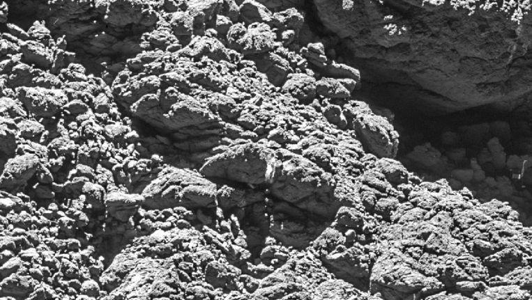 Komeetlander Philae in een spelonk, uiterst rechts, gefotografeerd vanaf 2,7 kilometer hoogte. Beeld ESA