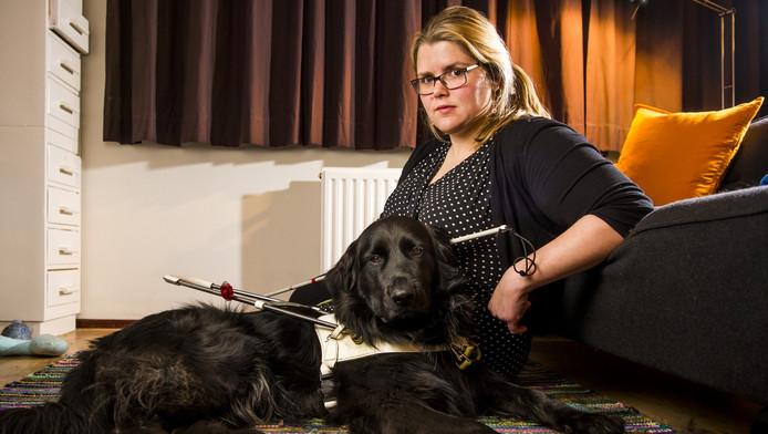Willemijn Dekker met haar blindengeleidehond Lobbes.