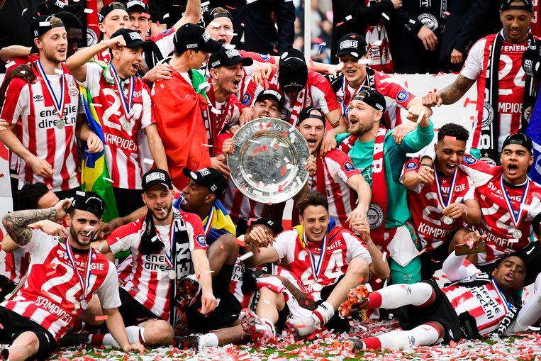 De spelers van PSV vieren het binnenhalen van het kampioenschap in eigen huis. Beeld null