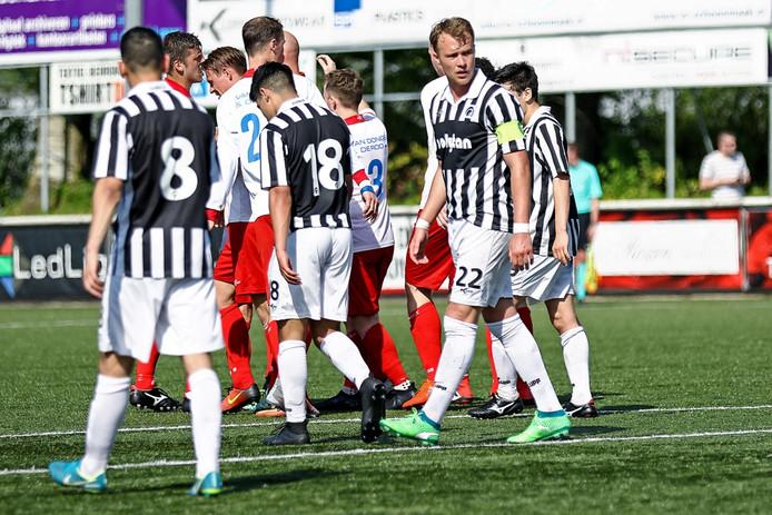 De spelers van Achilles'29 verwerken een doelpunt van tegenstander Barendrecht.