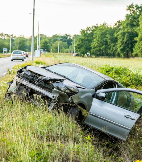 Gevaarlijke technische fout: handrem schiet tijdens rijden erop, auto belandt in Tilburgse greppel