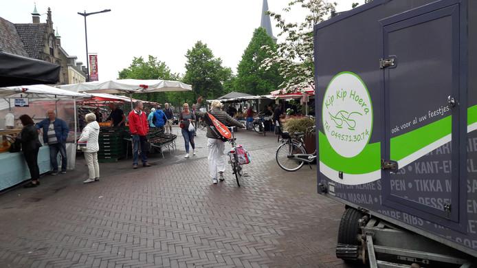 De meeste fietsers lopen zoals het hoort over de weekmarkt.