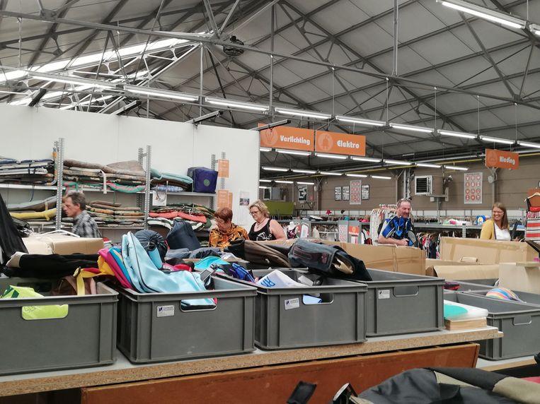 De stockverkoop van kampeerspullen van Tomorrowland in Ecoso Willebroek kan op veel belangstelling rekenen.