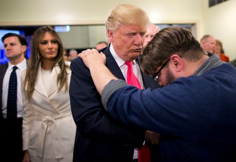 Pastor Joshua Nink bidt voor Donald Trump in de First Christian Church in Iowa in 2016. De steun van conservatieve evangelisten is voor Trump belangrijker dan die van Republikeinse voormannen  Beeld AP