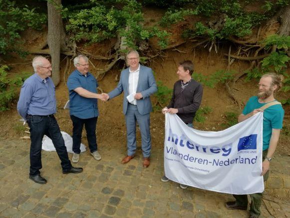 Schepen Benny Reviers en gedeputeerde Bart Nevens bij de holle weg in Molenbeek-Wersbeek.