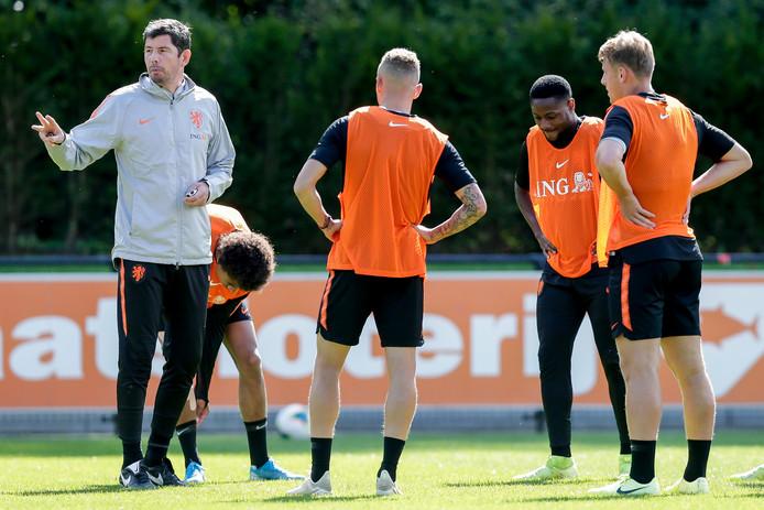Erwin van de Looi instrueert de spelers van Jong Oranje.