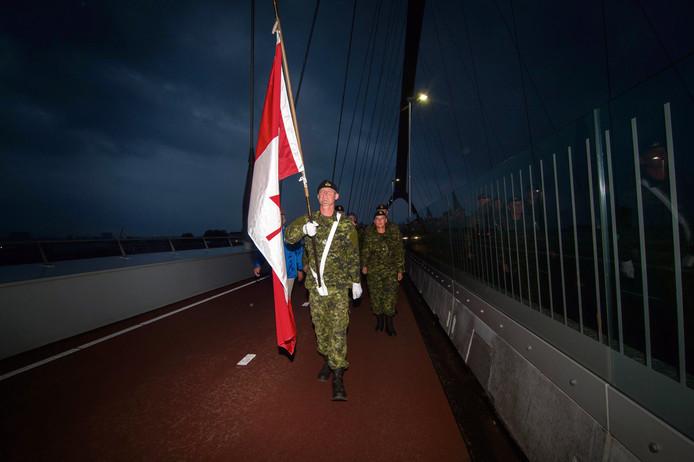 Een Canadese militair loopt de Sunset March.