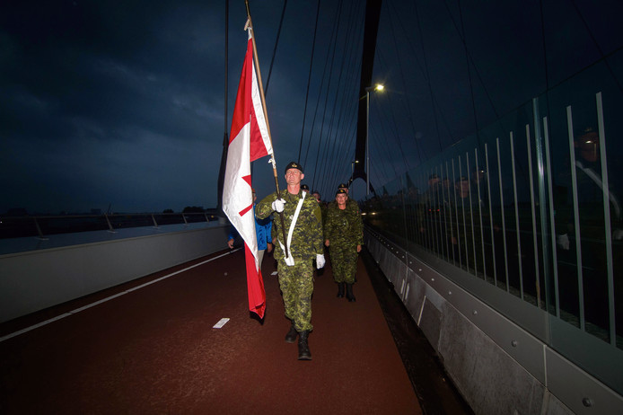 Elke avond bij zonsondergang lopen veteranen over De Oversteek bij Nijmegen. Op 29 augustus lopen ambassadeurs uit verschillende landen mee.