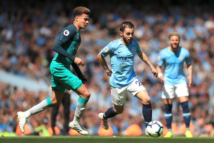 Bernardo Silva aan de bal namens Manchester City met tegenstander Dele Alli van Tottenham Hotspur in de buurt.