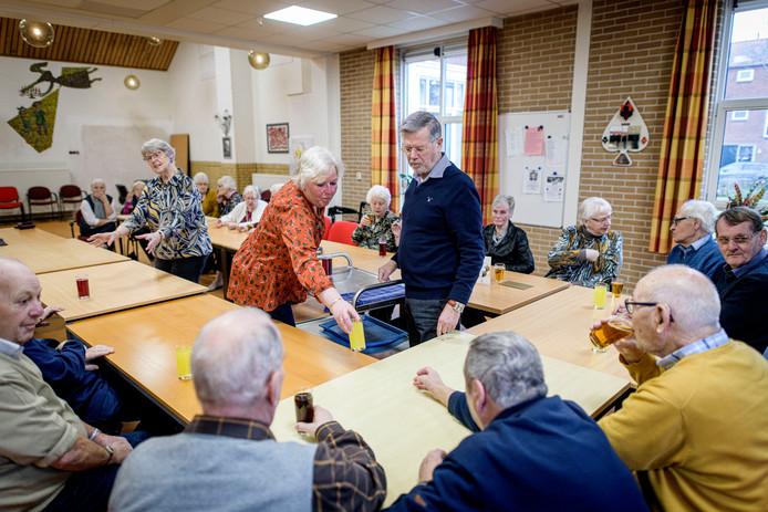 Tijdens de eerste bijeenkomst van de Koffieleut in het nieuwe onderkomen serveren Karin Schutten en Luuk Muntz de limonade.