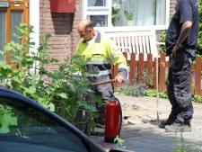 Werklui ontdekken een gaslek in de voortuin van een woning in Rijswijk