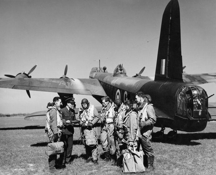 De bemanning van een bommenwerper bij hun vliegtuig. Zeker niet alle crashsites in het rivierengebied zijn in de app Heroes of the Sky opgenomen.