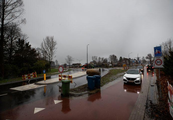 HEEZE -  De Leenderweg in Heeze is dicht om een fout te herstellen. Auto's nemen de wegafsluiting niet allemaal even serieus en nemen gewoon het fietspad.