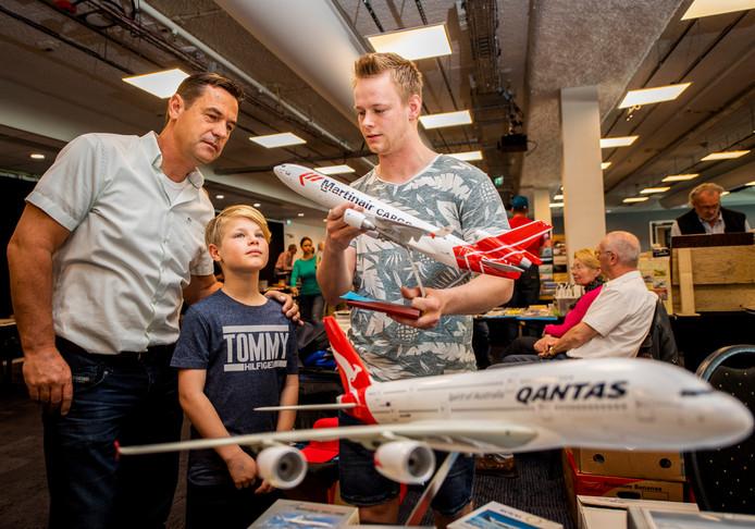 Vliegtuigfanaten verzamelden zich zaterdag in groten getale op het Dutch Spotters Convention in het Wings-hotel op Rotterdam Airport.