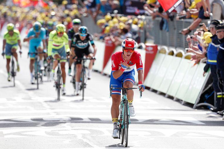 Dylan Groenewegen komt over de finish tijdens de eerste etappe van de Tour de France tussen Mont-Saint-Michel en Utah Beach. Beeld anp