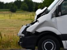 Kop-staartbotsing tussen vrachtwagen en busje in Leusden