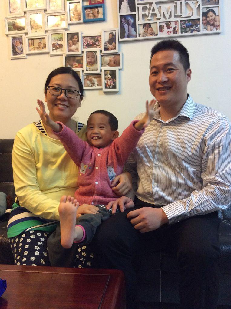 De zwangere Tan Xingli met zoon Jingyang en man Tan Junjie. Beeld