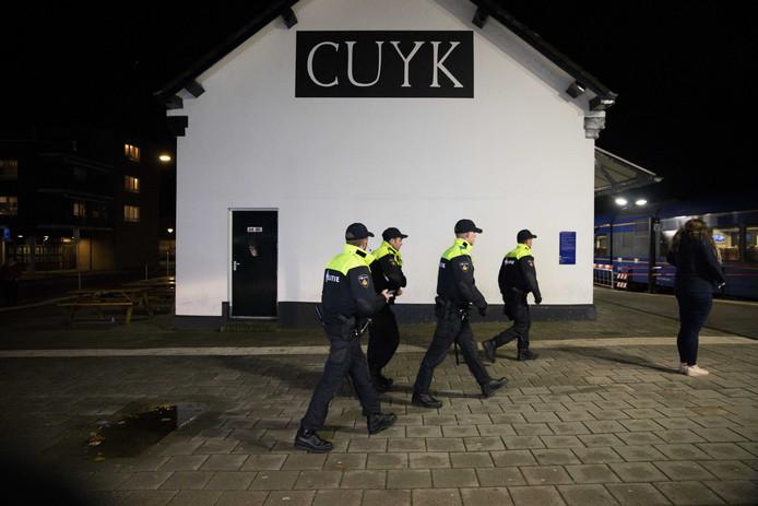 Politie surveilleerde op het station van Cuijk, nabij Katwijk. Op Facebook hadden enkele duizenden jongeren gemeld om voor een Project X feest naar het Brabantse dorp te komen.