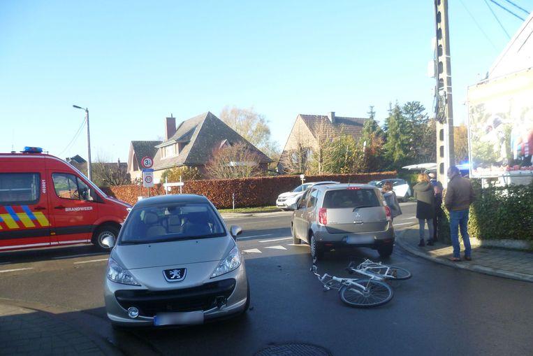 De bestuurder van de Peugeot merkte de fietsende scholiere niet op bij het indraaien van de Heiplasweg in Lede.