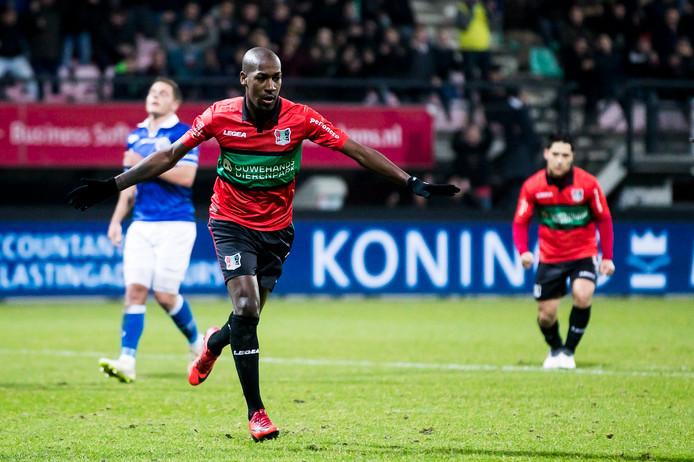 NEC-speler Steeven Langil viert in De Goffert zijn benutte penalty tegen FC Den Bosch.