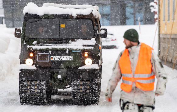 Duitse legertroepen kwamen in Berchtesgaden helpen de sneeuw van de daken te verwijderen.