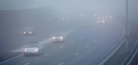 Dichte mist zorgt in het westen van het land voor overlast in de spits