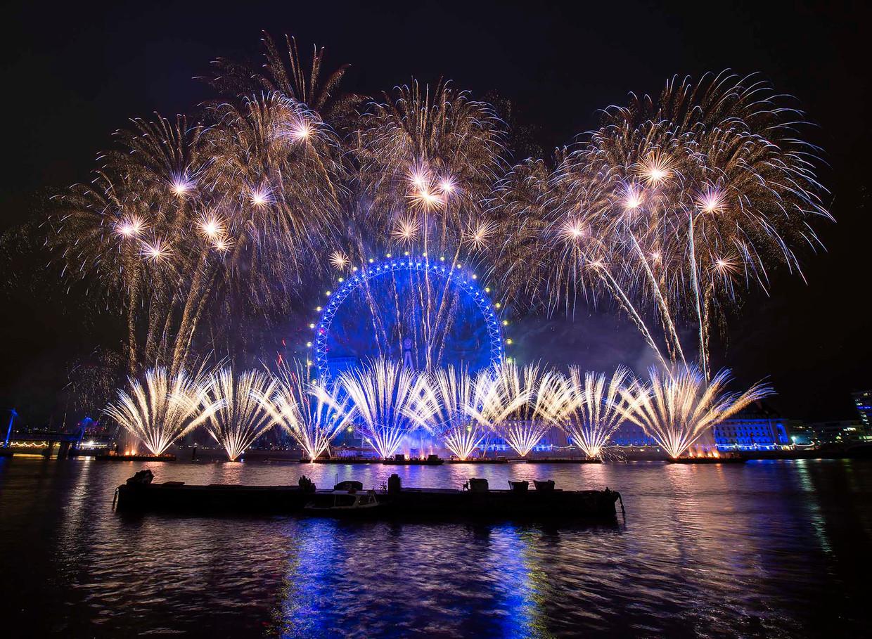 Het oudejaarsvuurwerk in Londen dat de London Eye veranderde in een ronde blauwe vlag met gele sterren.