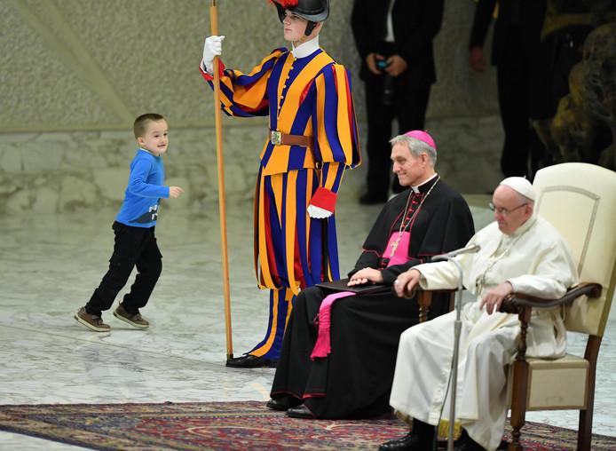 De Zwitserse Garde liet het jongetje zijn rondjes om de paus rennen.