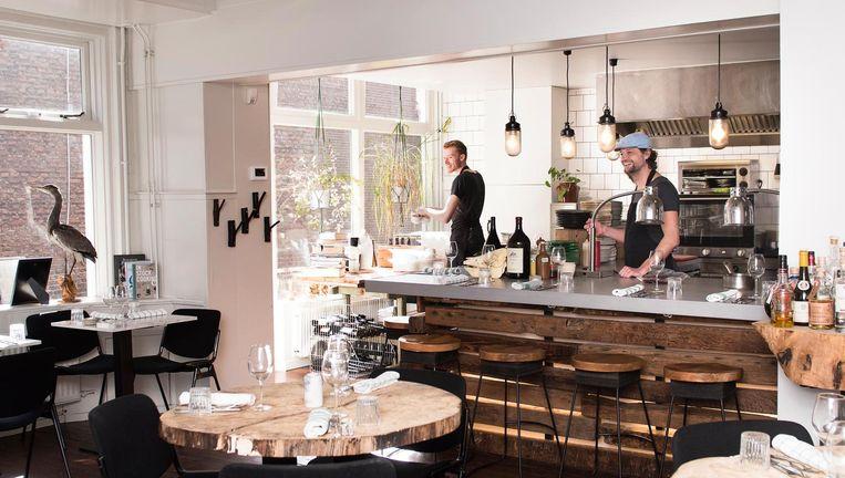 'De open keuken met een eetbar zorgt voor leven in de tent.' Beeld Els Zweerink