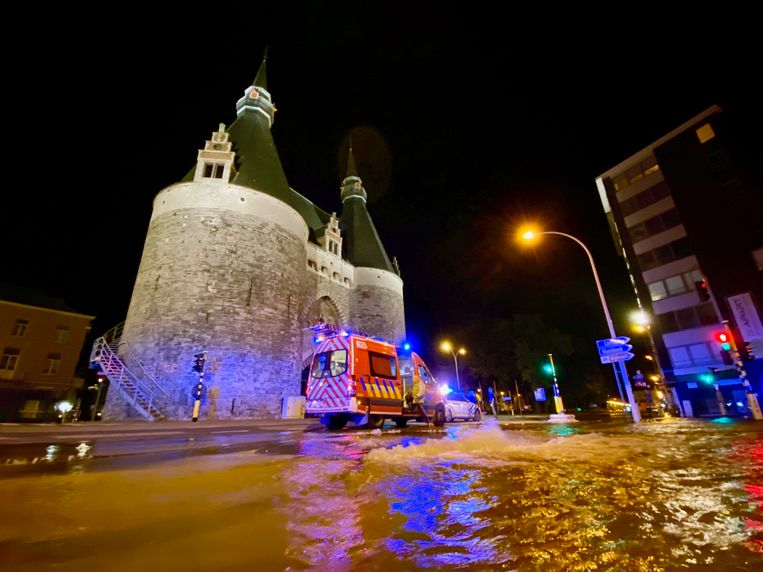 Een breuk in de waterleiding heeft voor heel wat waterellende gezorgd ter hoogte van het kruispunt van de Brusselpoort in Mechelen.