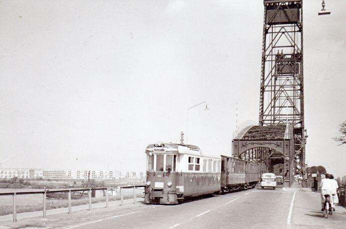 De RTM-tram in 1963, bij de Spijkenisserbrug.
