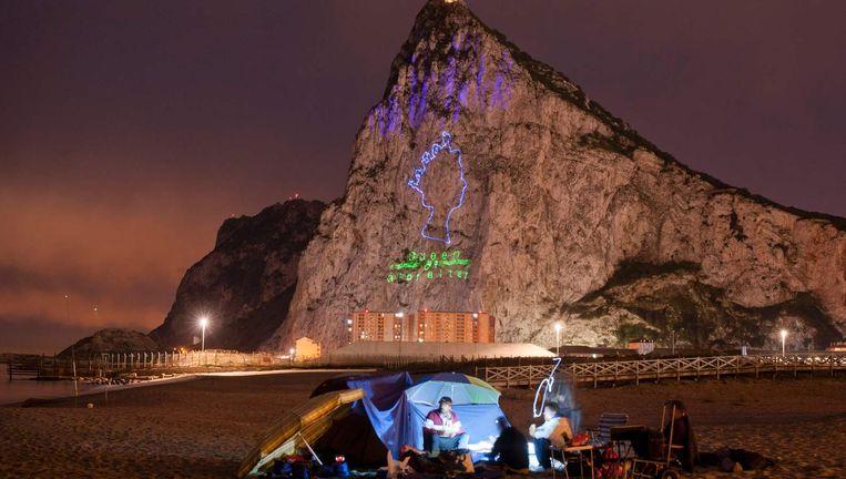 Op de Rots van Gibraltar wordt eind april een beeld geprojecteerd van koningin Elizabeth, ter ere van haar 90ste verjaardag. Beeld AFP