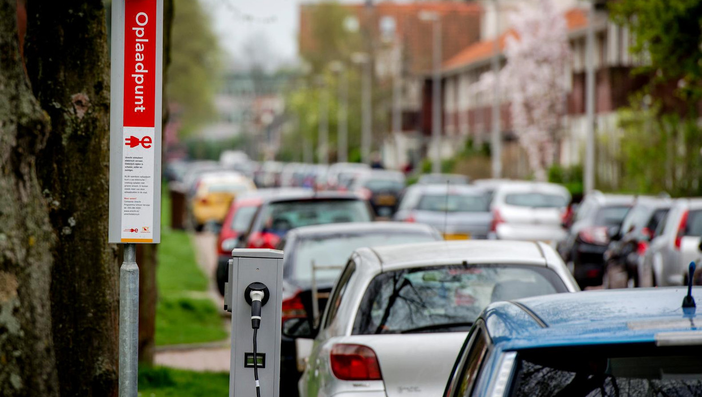 Gisteren kondigde PvdA-wethouder Sharon Dijksma aan dat Amsterdam als eerste stad in het land een verbod wil op verbrandingsmotoren vanaf 2030.