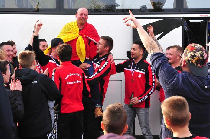 Arnemuiden-trainer Nick Corré viert het titelfeest in zijn debuutjaar.